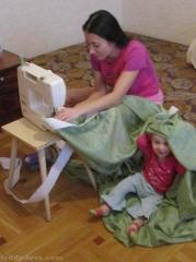 Ричик помогает маме....