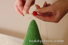 Пришиваем шары на елку