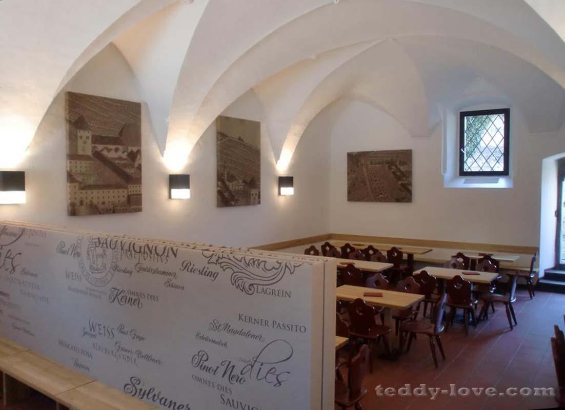 Ресторан монастыря – для туристов, не для монахов!