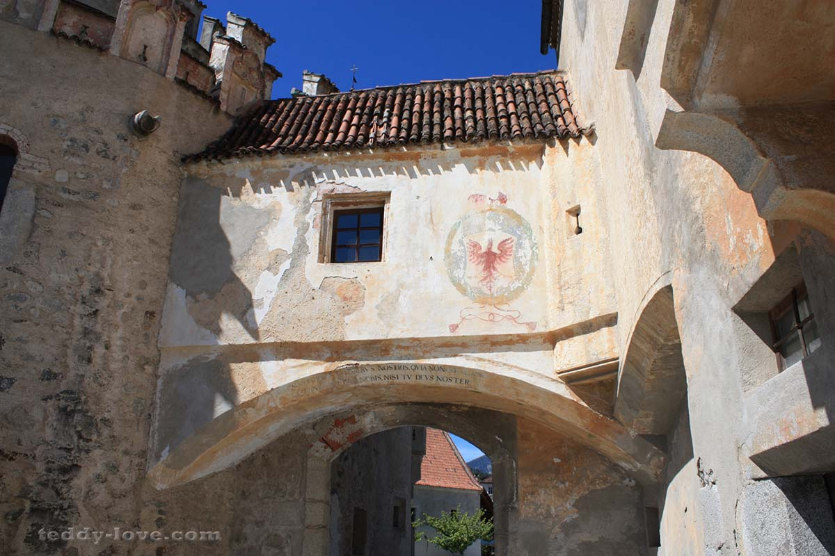 Стена до сих пор защищает аббатство