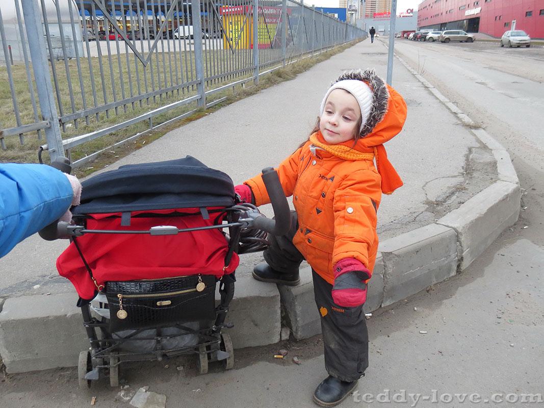 Ничего, поднимем младшего, не развалимся)Вот только с двойной коляской тут ездить и с малышами ходить - жесть