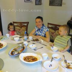 Дети сразу определили, что вся китайская кухня не съедобна, о чем красноречиво говорят их лица)