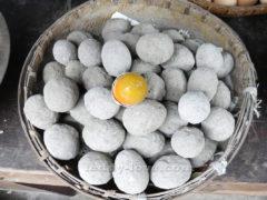 """Эти яйца по технологии несколько месяцев готовятся в глине. Преют и """"доходят""""."""