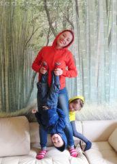 Чтобы сфотографироваться с детьми, их еще надо отловить :) )))