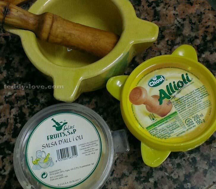 На фотографии два соуса из разных магазинов. Тот, который слева, в белой баночке – невкусный, пресный, а правый, в желтой – рекомендую!