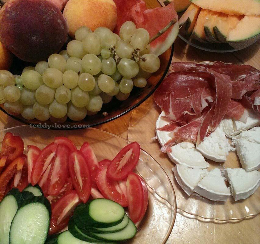 Овощи, фрукты и те самые cana de cabra с хамоном – мой любимый перекус по-испански.