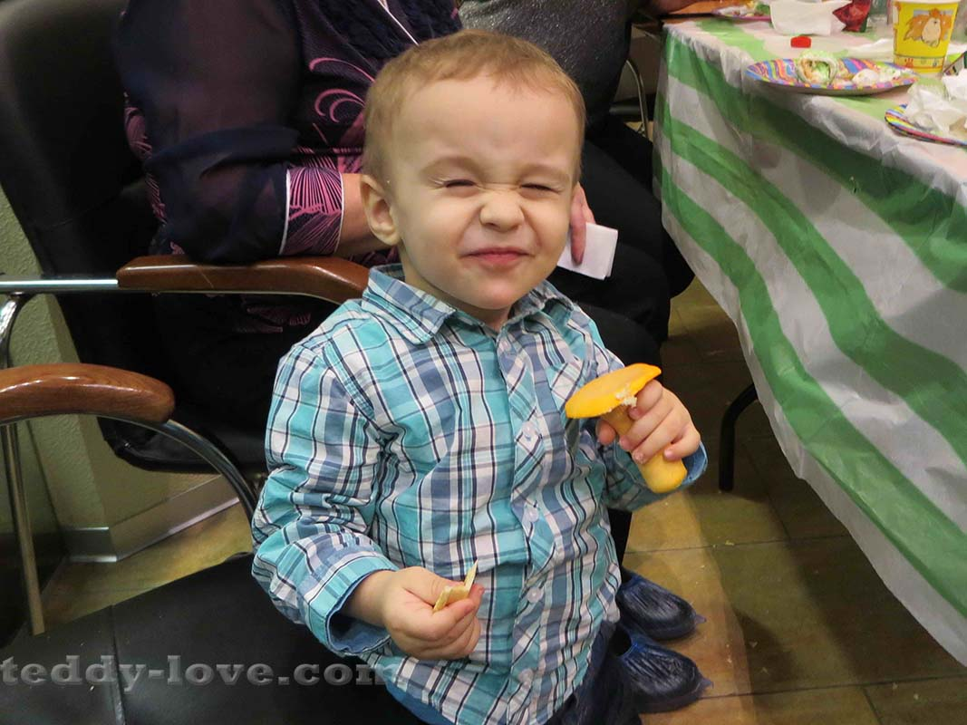 Ричард утащил гриб из мастики и рад)