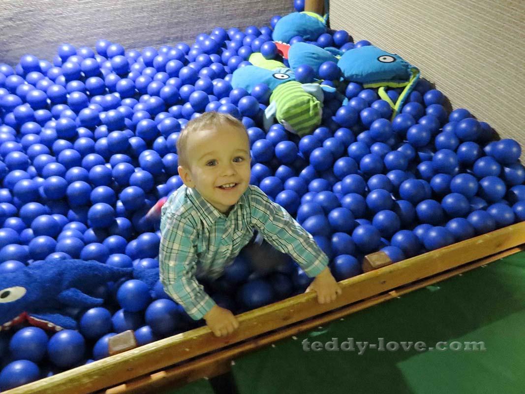 Вторая горка заканчивается бассейном с шариками