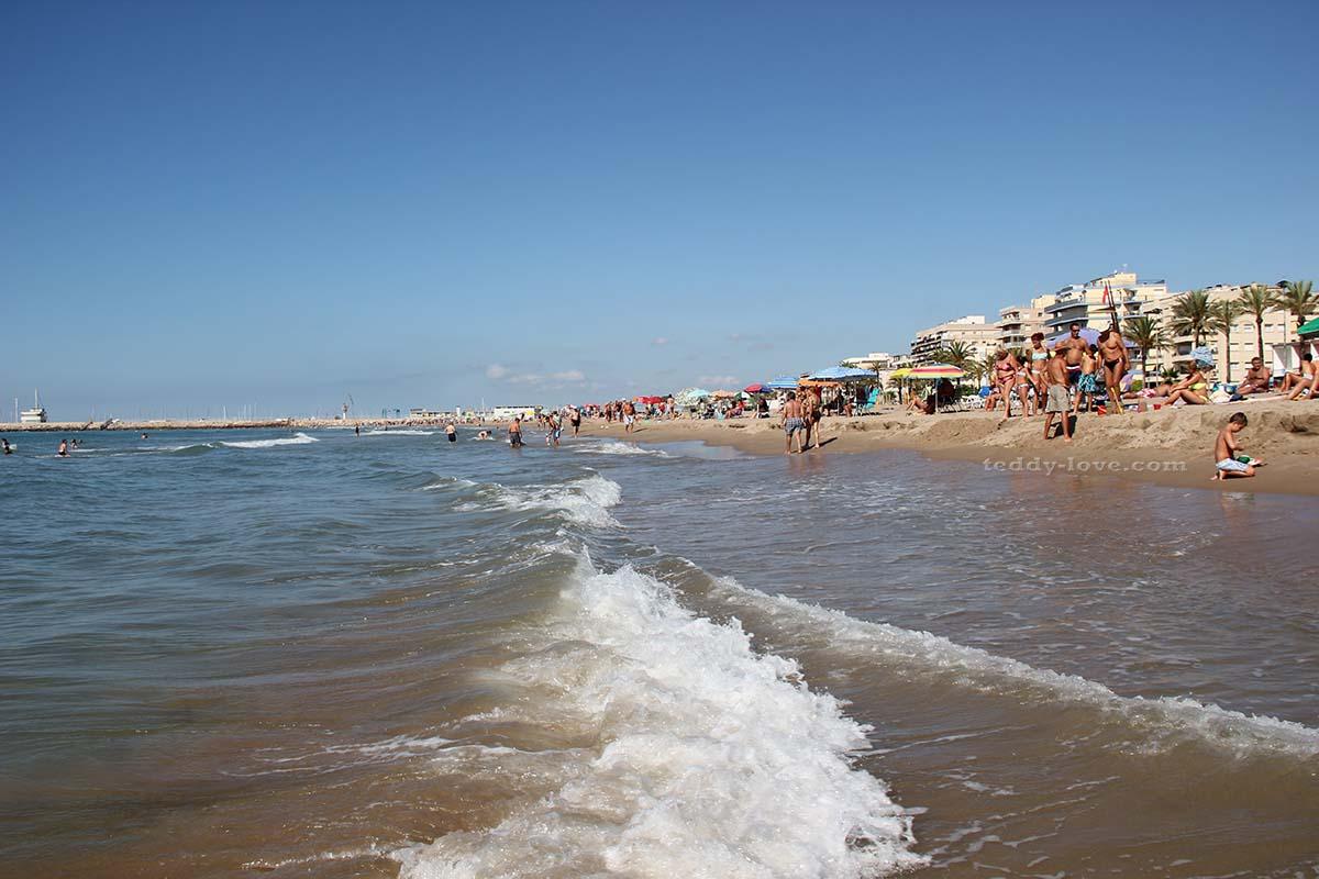 Пляж днем в выходные