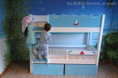 Сборка новой кровати еще не закончена, а за верхнюю полку уже драки)))