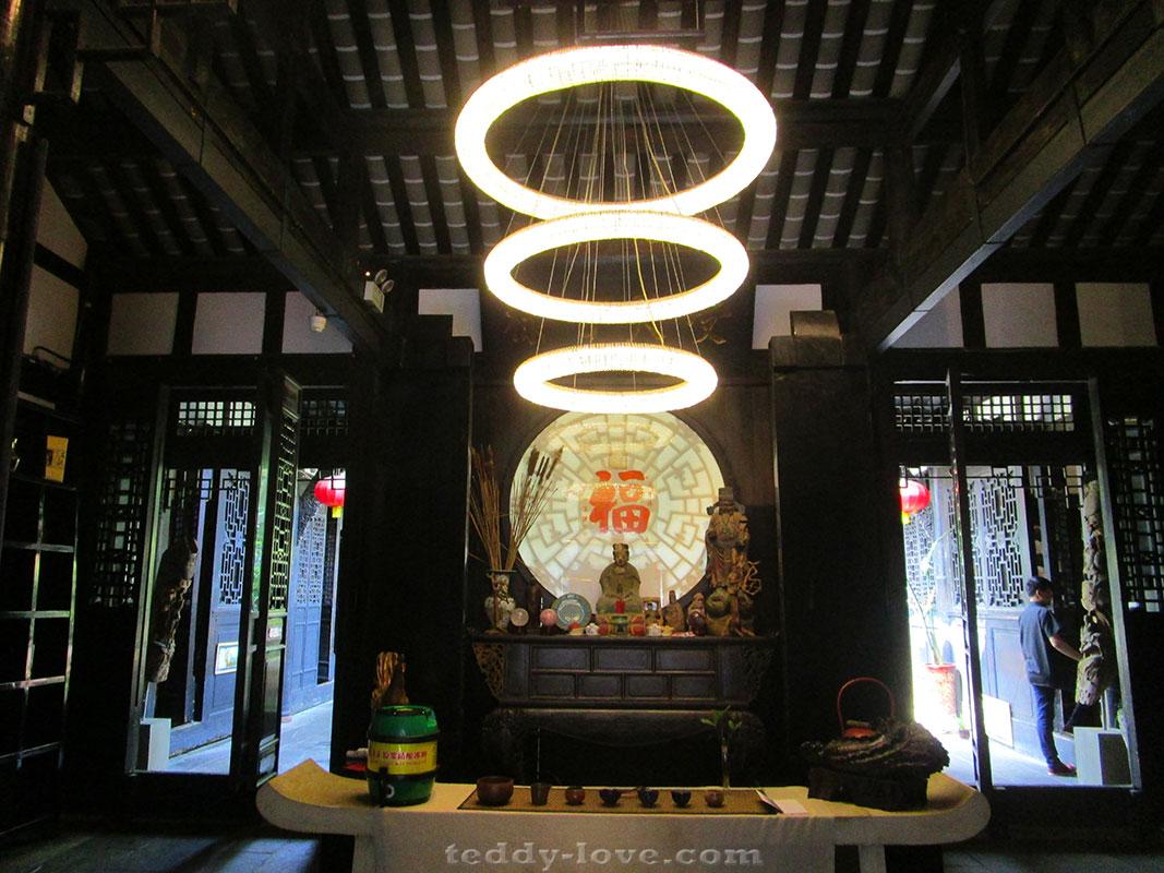 Современность и традиции - подношения местным богам