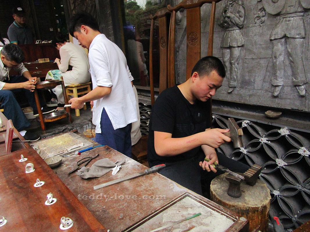 Прямо на улице для вас готовы сделать украшение из серебра местные умельцы