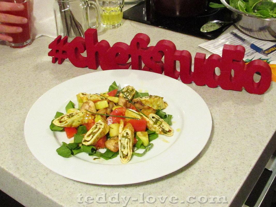 Теплый салат с рулетами из омлета с щавелем от Ани