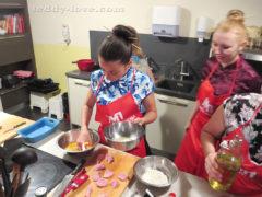 Первый раз в жизни готовила наггетсы - я их не ем обычно) Хорошо, Аня знала, как их делать)