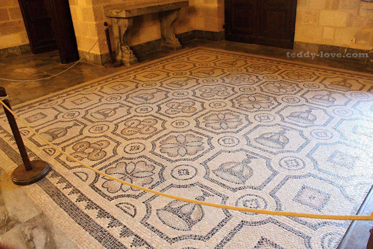 На дворцовые мозаики можно только полюбоваться со стороны – от посетителей они отгорожены