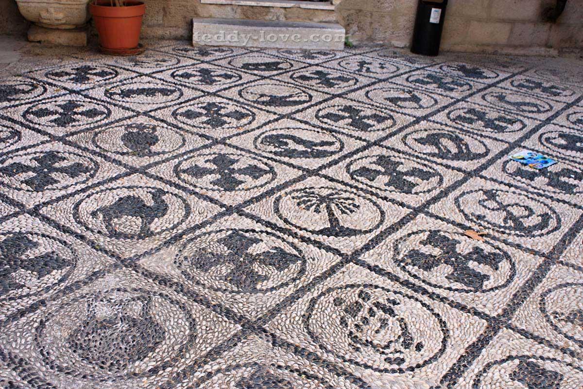 Галечные мозаики – визитная карточка улиц Родоса