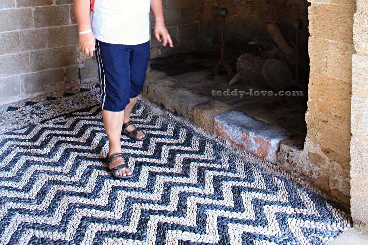 Даже простейшие геометрические мозаики в подсобных помещениях Хосписа – требуют необычайного мастерства и точности в исполнении