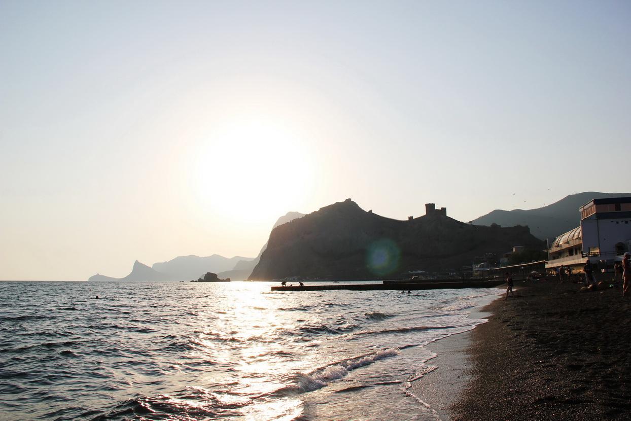 Набережная Судака с Генуэзской крепостью