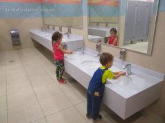 Понравились удобные раковины для детей в туалете)