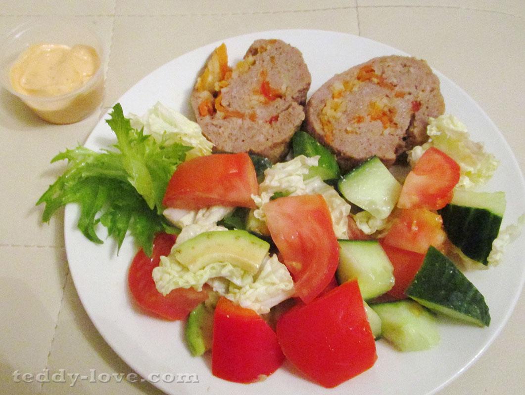 Рулет из говядины с жульеном из моркови и салат
