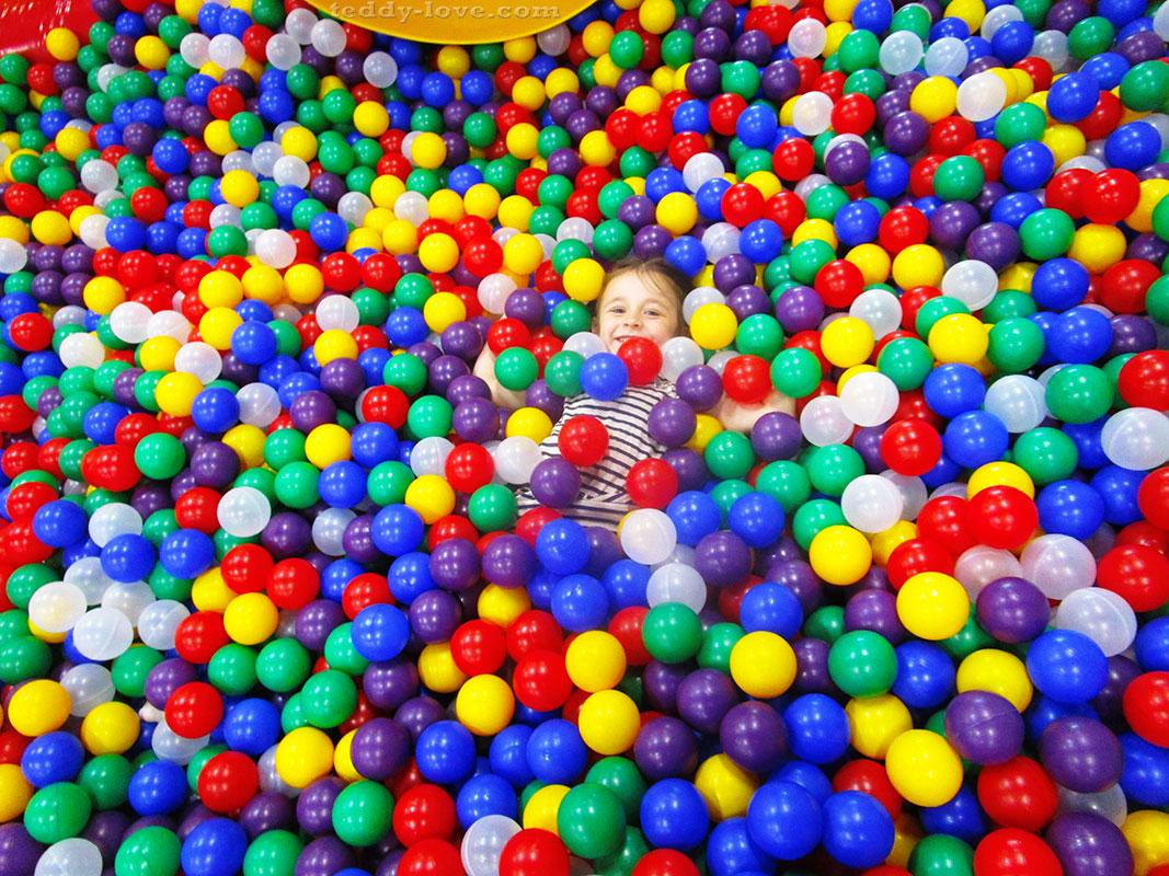 В бассейне в шариками