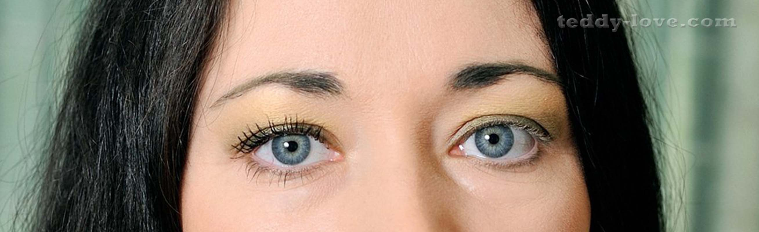 Один глаз накрашен, второй нет