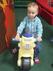 Есть куча транспорта для малышей