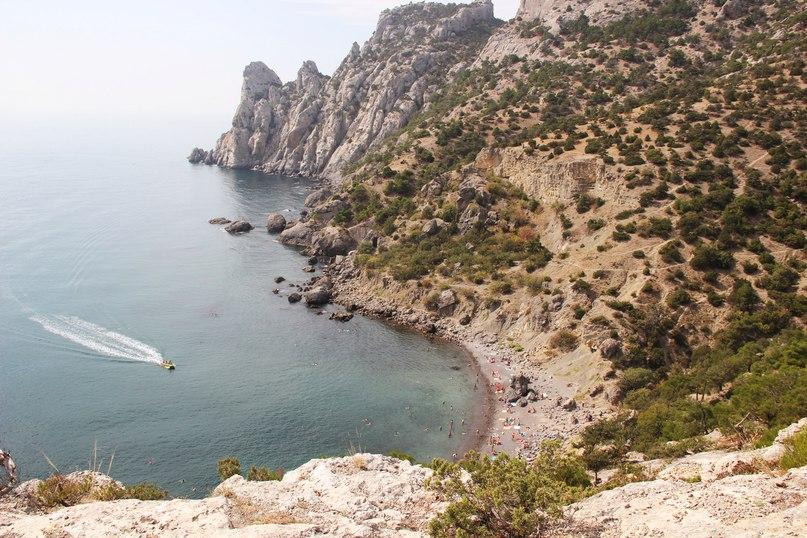 Пляж живописный – окружен скалами и соснами