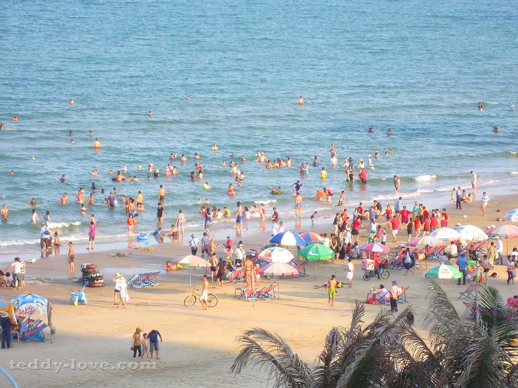 Пляж в Вунг Тау в воскресенье ))