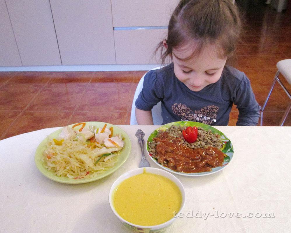 Крем суп из овощей с сыром. Курица тушеная в собственном соку с ароматными травами и кореньями. Капуста на пару с томатом и перцем