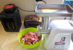 Мясо для ежиков режем кусочками