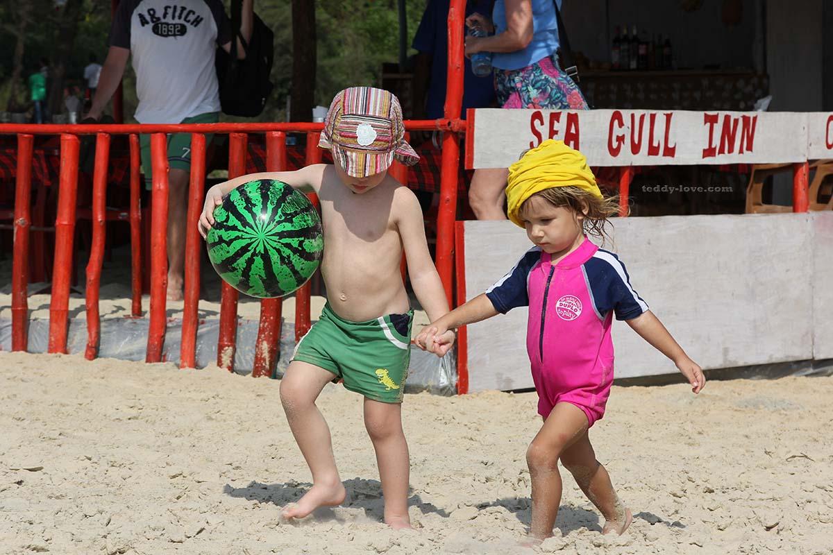 Если мы не уходим с пляжа в самую жару, то я надеваю Саше вот такой спец костюм, тк под зонтик ребенка не загнать!