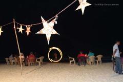 Вечером вместо лежаков на пляж выставляют столики для ужина