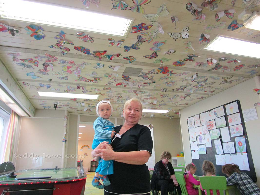 Ричард с бабушкой, Лана справа - рисует с детьми постарше