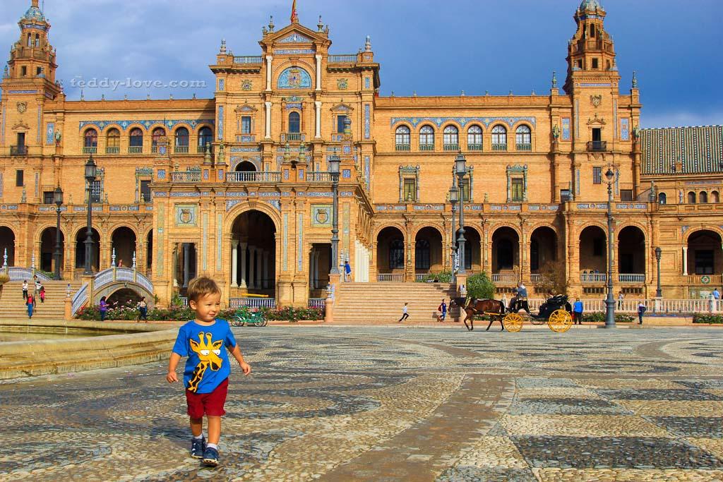 Площадь Испании в Севилье. Фото: «Мальчик, шагающий по миру»)))