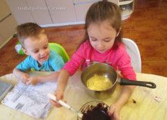 Амелька смело льет масло с какао в тесто
