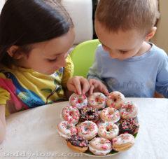 Дети требуют теперь пончики каждый день)