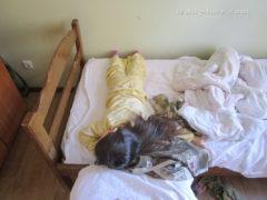 Кровати без бортиков. Моя спит только поперек)))