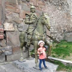 В поселке Songpan на широкой стене целая аллея древних скульптур, мимо которых можно гулять долго-долго.