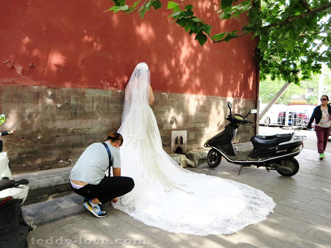 Выбор фона странный, зато какое платье))))