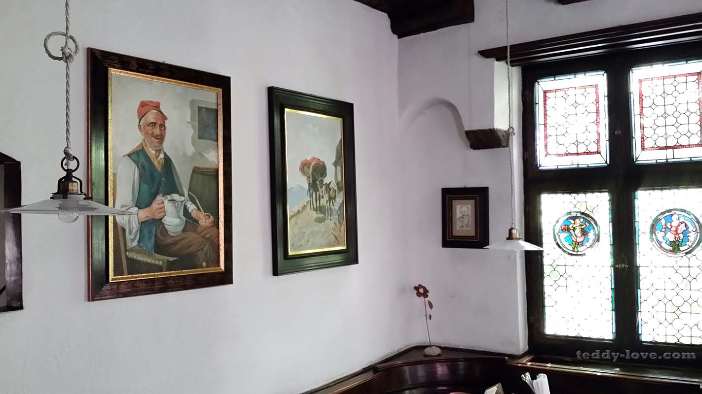 Картины на стенах соседствуют с занимательными витражами окон