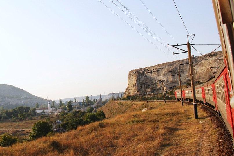 Электричка проезжает возле Инкермана – на склоне плато видны остатки пещерного монастыря. Эти дыры в горе – кельи.
