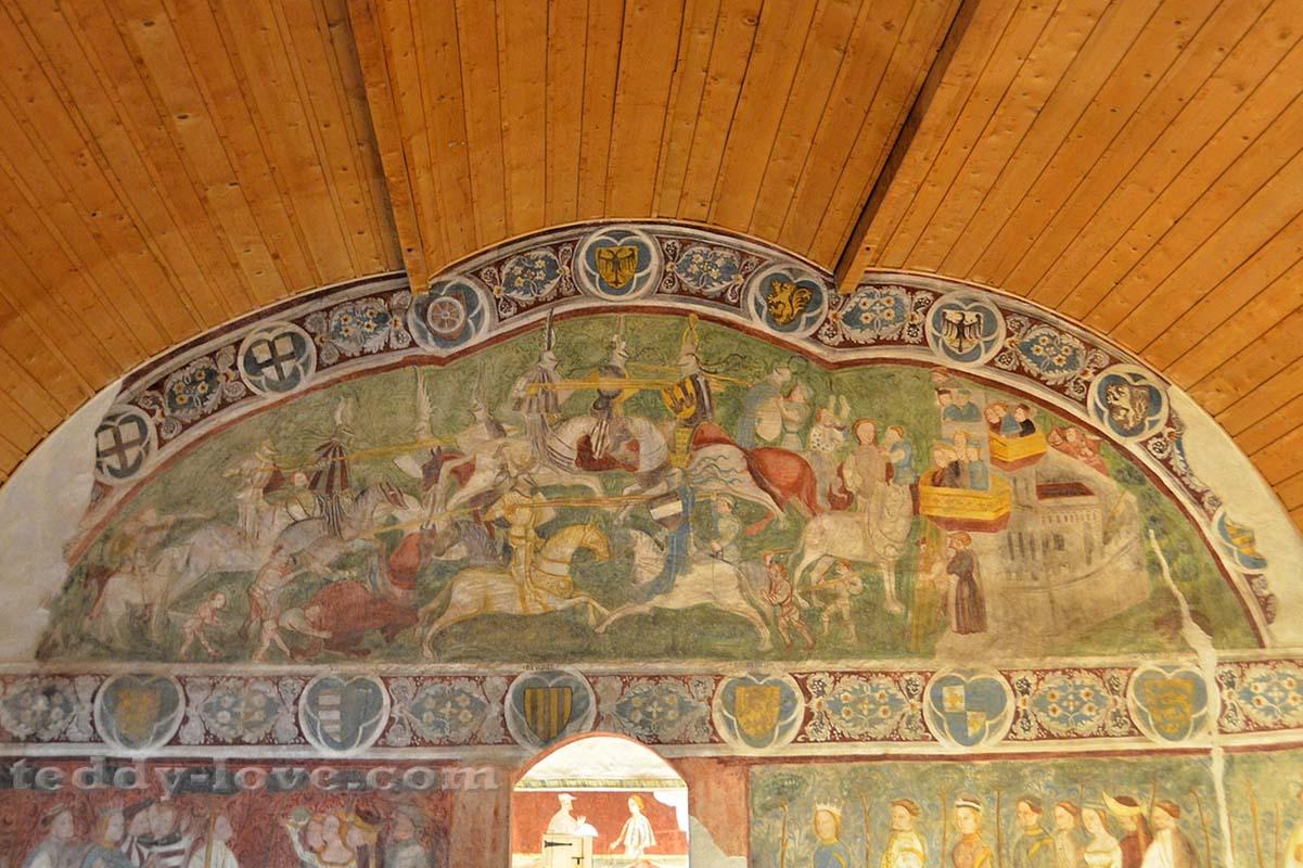 На верхней фреске – состязаются в боевых искусствах, а на нижней – в искусстве владения мячом