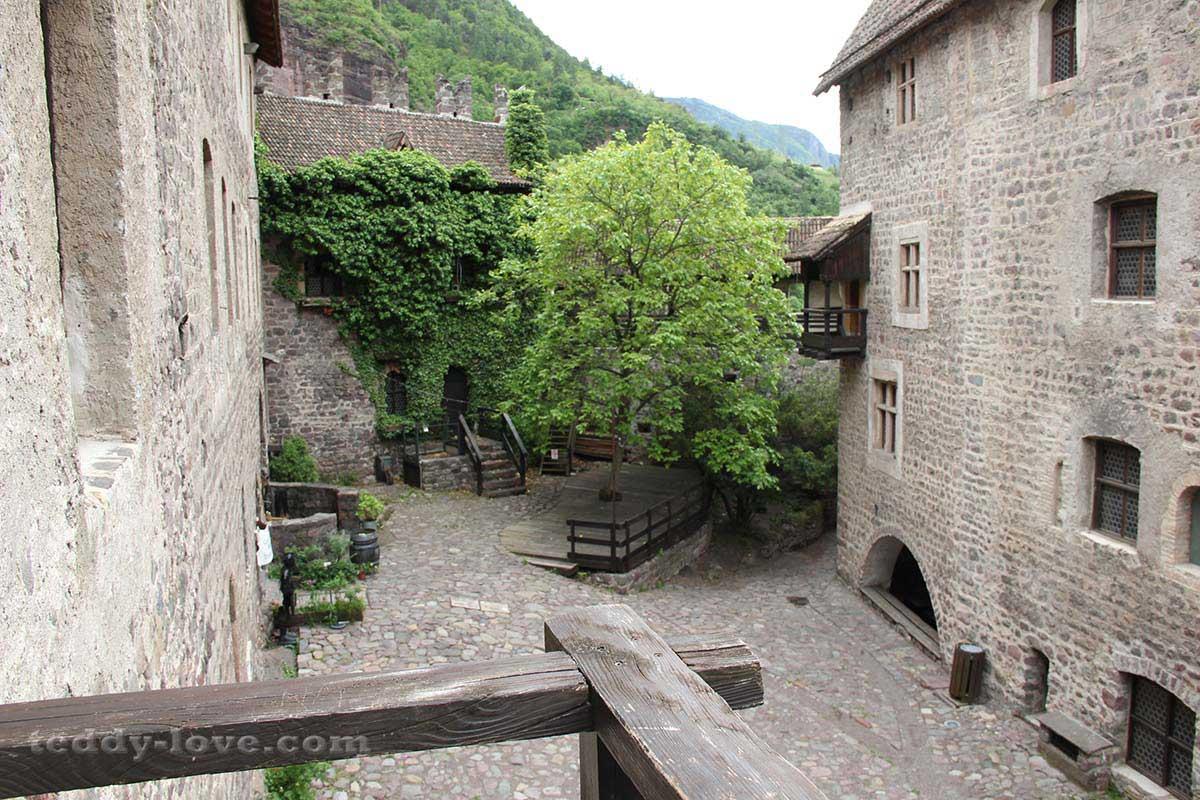 Крохотный внутренний двор замка