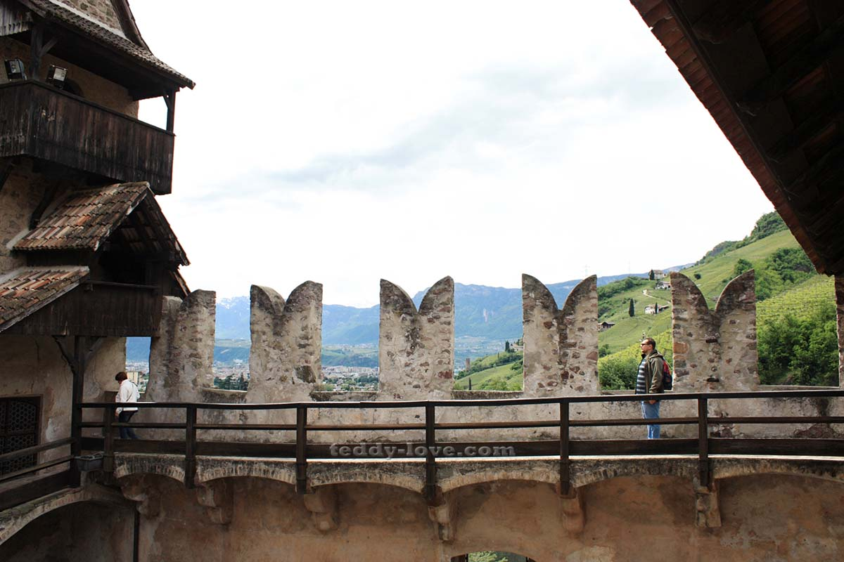 Крепкие крепостные стены плюс неприступная скала – залог спокойствия владельцев