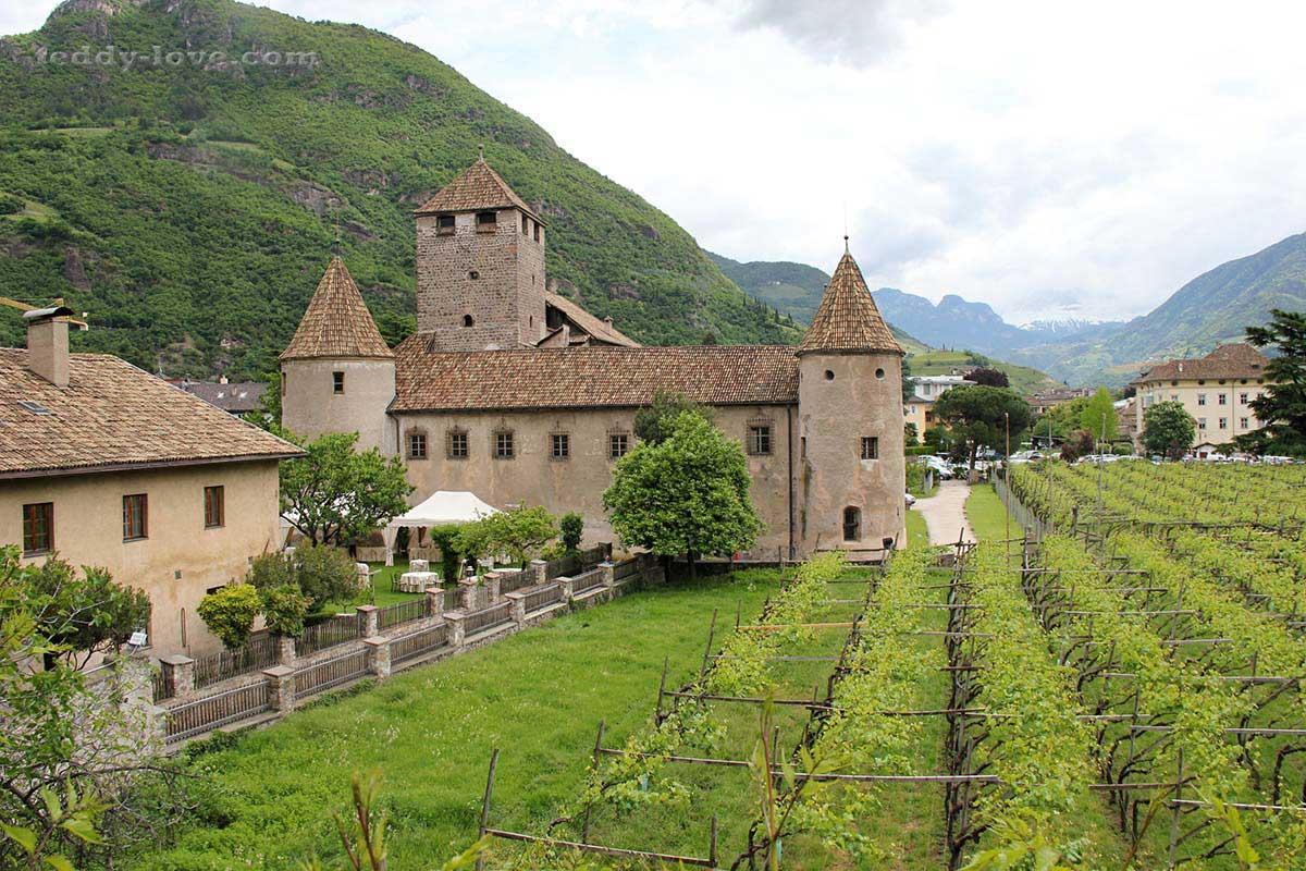 Виноградники и старинные постройки – непременные виды Южного Тироля