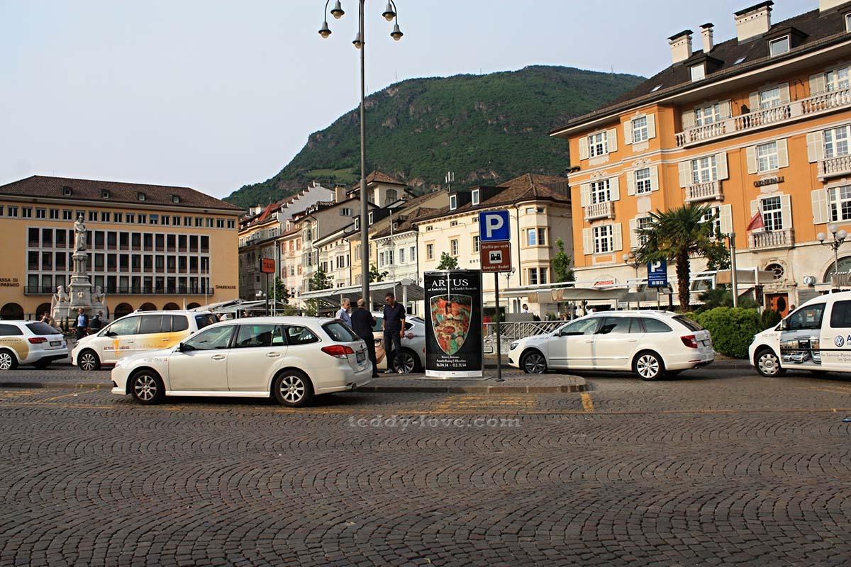 Вот в этой точку площади приезжает музейное такси. Увидели рекламу текущей выставки Рункельштейна? Ожидайте возле нее